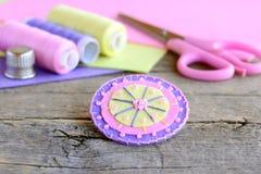 Kolorowy odczuwany round kwiat dekorował z różowymi koralikami Handmade filc kwiat, nożyce, nić, kolorowa filc ciąć na arkusze, n Obraz Stock