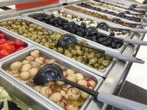 Kolorowy Oliwny rozmaitość bufet w garmażerii obraz royalty free