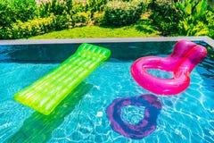 Kolorowy pływanie pierścionek lub guma pławik wokoło basen wody zdjęcia stock