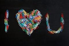 Kolorowy papierowych klamerek tworzyć abecadła i kierowy kształt Obraz Stock