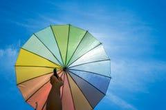 Kolorowy parasol na niebieskim niebie Zdjęcia Royalty Free
