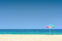Kolorowy parasol na pięknej tropikalnej plaży w Tajlandia Zdjęcie Royalty Free