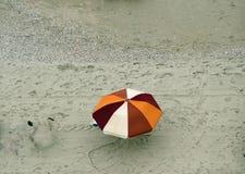 Kolorowy parasol przy morze plażą Zdjęcia Royalty Free