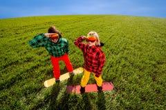 Kolorowy pary jazda na snowboardzie na trawie w greenfield obrazy royalty free