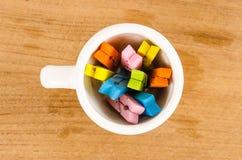 Kolorowy pastel drewniani clothespins w filiżance zdjęcie stock