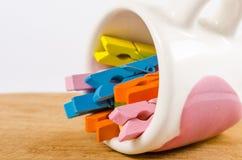 Kolorowy pastel drewniani clothespins w filiżance dalej zaleca się zdjęcie stock