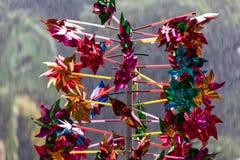Kolorowy pinwheel z drzewa tłem podczas deszczu zdjęcie stock