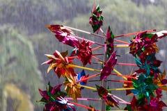 Kolorowy pinwheel z drzewa tłem podczas deszczu obraz royalty free