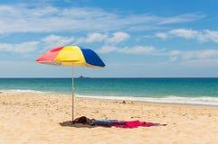 Kolorowy plażowy parasol na piaskowatej plaży na letnim dniu Naitho Obrazy Stock