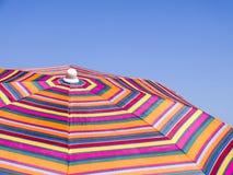Kolorowy plażowy parasol przeciw niebieskiemu niebu pasiasta tekstura Zdjęcie Royalty Free
