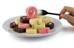 Kolorowy plasterek rolki tort w białym naczyniu Obraz Stock