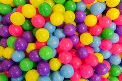 Kolorowy plastikowe piłki w boisku Zdjęcia Royalty Free