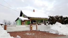 Kolorowy podmiejski dom z wielkim podwórzem zakrywającym w śniegu Zdjęcie Stock
