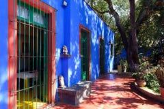 Kolorowy podwórze przy Frida Kahlo muzeum w Meksyk Zdjęcia Stock
