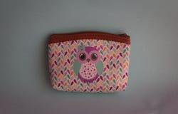 Kolorowy portfel z wizerunkiem sowa zdjęcia royalty free