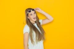 Kolorowy portret młoda atrakcyjna kobieta jest ubranym okulary przeciwsłonecznych Lata piękna pojęcie Zdjęcia Royalty Free