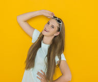 Kolorowy portret młoda atrakcyjna kobieta jest ubranym okulary przeciwsłonecznych Lata piękna pojęcie Obraz Stock