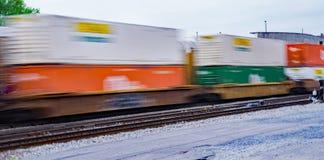 Kolorowy Przyśpiesza sterta pociąg towarowy Zdjęcie Royalty Free