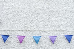 Kolorowy przyjęcie zaznacza chorągiewki obwieszenie na biel ściany tle Minimalny modnisia stylu projekt zdjęcia royalty free