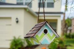 Kolorowy ptaka dom z nowym domem w tle Obraz Royalty Free