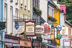 Kolorowy pub podpisuje wewnątrz Kenmare Fotografia Stock