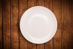 Kolorowy pusty talerz na grungy tło stole Obraz Royalty Free