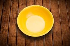 Kolorowy pusty talerz na grungy tło stole Fotografia Stock