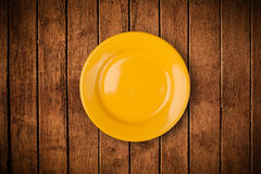 Kolorowy pusty talerz na grungy tło stole Obrazy Stock