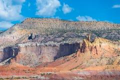 Kolorowy pustynia krajobraz z warstwami kolor żółty, pomarańcze, czerwień i purpury w Amerykańskich południowych zachodach, obraz stock