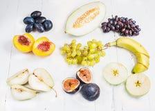Kolorowy różnorodny organicznie owoc na drewnianego nieociosanego tła odgórnym widoku obrazy royalty free
