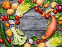 Kolorowy różnorodny organicznie rolni warzywa na bławym drewnianym tle, odgórny widok Zdrowi foods, kucharstwo i jarosza conce, Obraz Royalty Free