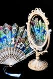 Kolorowy ręki fan odbija w rocznika biurka Owalnym lustrze z biel ramą zdjęcie stock