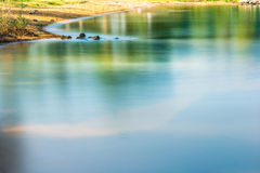 Kolorowy ranek plaży rzeki i linii brzegowej odpływ Obraz Royalty Free