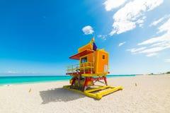 Kolorowy ratownika wierza pod jasnym niebem w Miami plaży zdjęcie royalty free