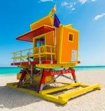 Kolorowy ratownika wierza pod jasnym niebem w Miami plaży zdjęcia royalty free