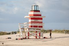 Kolorowy ratownika wierza przy południe plażą zdjęcia royalty free