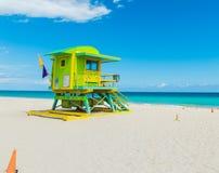 Kolorowy ratownika wierza w Miami pla?y fotografia stock