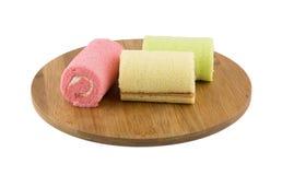 Kolorowy rolka tort na drewnianym talerzu Fotografia Stock