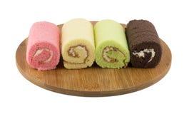 Kolorowy rolka tort na drewnianym talerzu Zdjęcia Stock