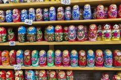 Kolorowy Rosyjski gniazdować lal matreshka przy rynkiem Matriosh Obraz Royalty Free