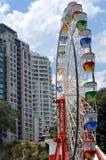 Kolorowy Rosyjski koło wśród budynków mieszkaniowych Fotografia Stock