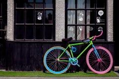 Kolorowy rower na zewnątrz kawiarni Obrazy Royalty Free