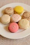Kolorowy słodki macaroon z herbatą Zdjęcia Royalty Free