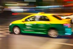 kolorowy samochodu taxi w Bangkok nocy Zdjęcia Stock