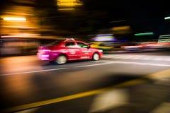 kolorowy samochodu taxi w Bangkok nocy Zdjęcia Royalty Free