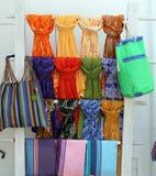 Kolorowy scarves i chusteczek wieszać zdjęcie stock