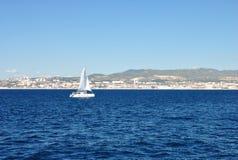 Kolorowy seascape na jasnym słonecznym dniu: błękitny nawadnia morze śródziemnomorskie Zdjęcie Stock