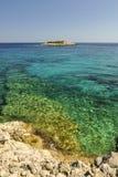 Kolorowy seascape z pięknym błękitnym morzem i skalistą linią brzegową zdjęcia royalty free