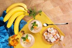 Kolorowy set banany, Turecki zachwyt, wysuszone morele i słodcy owocowi desery na lekkim drewnianym tle, Obrazy Stock