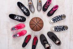 Kolorowy sportów butów okrąg z balowym odgórnym widokiem obrazy royalty free